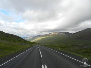 Das Gebirge auf der Halbinsel Skjálfandi, kurz hinter dem Pass Öxnadalsheiði, westlich von Akureyri.