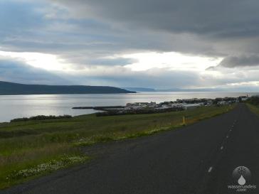 Das Fischerdorf Hvammstangi am Ostufer des Miðfjörður.