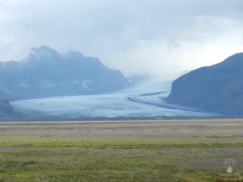 Die gigantische Gletscherzunge des Skaftafellsjökull füllt fast das Blickfeld aus.