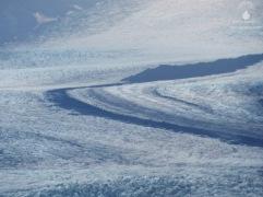 Gletscherspalten und Mittelmoränen auf der Zunge des Skaftafellsjökulls.