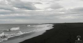 Eine unwirkliche Welt, die pechschwarzen, vulkanischen Sandstrände an Islands Südküste bei Landeyjahöfn.
