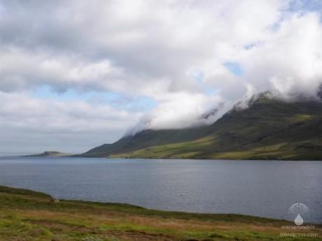Die steilen flanken des Fáskrúðsfjörður