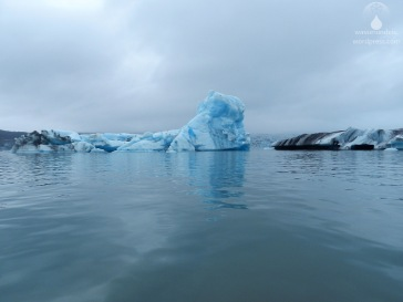 Verschiedenfarbige Eisberge im Jökulsarlon.
