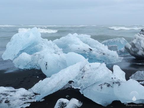 Vielfarbige Eisberge am Ufer des Nordatlantiks