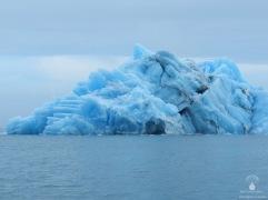 Riesiger blauer Eisberg auf dem Jökulsarlon.