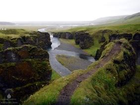 Blick von der Schlucht Fjaðrárgljúfur in Richtung des Lavafeldes Eldhraun.