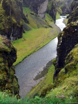 Der Fluss Fjaðrá im der von ihr gegrabenen Schlucht.