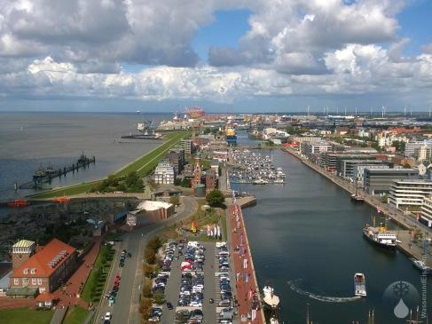 Blick in Richtung Überseehafen, vorne der Neue Hafen und der Leuchtturm Simon Loschen.