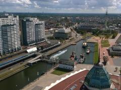 """Südostblick nach Geestemünde von der Aussichtsplattform, mittig der Alte Hafen, heutiger Museumshafen, links das Columbuscenter, vorne rechts die """"Pickelhaube"""" des Mediteraneos"""""""