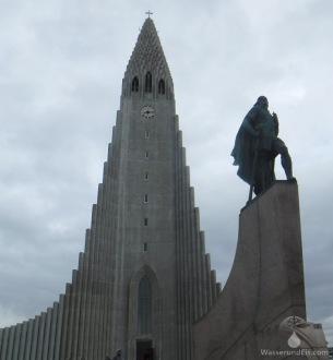 Der Kirchturm der Hallgrímskirkja-Kirche, davor das Denkmal für Leif Eriksson, den Wikinger, der um 1000 nach Christus als vermutlich erster Europäer Amerika entdeckte.