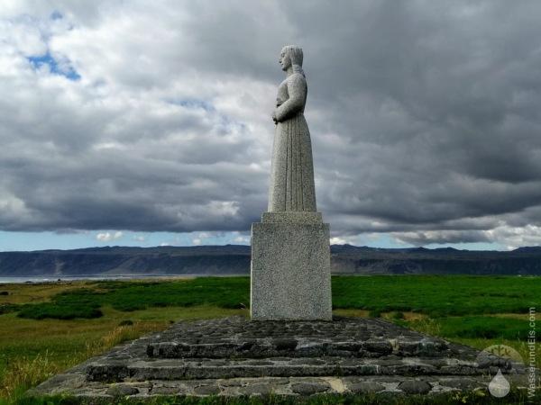 Landsýn Strandkirkja Selvogur Statue