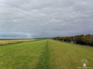Der Seedeich vor Spieka-Neufeld. Das Bollwerk schützt das flache Marschland vor den winterlichen Sturmfluten.
