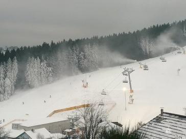Erster Skibetrieb des Winters - unter laufenden Kanonen.