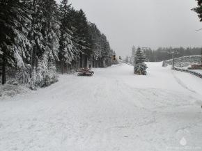 Schneeverschiebungen am Bremberg. Ab Mittwoch (19.12) ist der Lift in Betrieb.