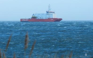 Das Lotsenstationsschiff Elbe in schwerer See.