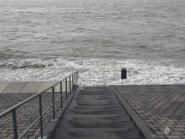Das Wasser schwappt an den Weserdeich.