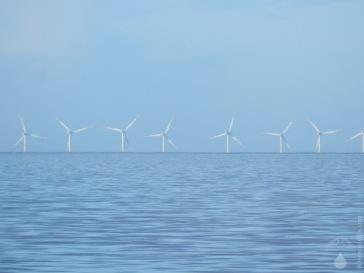 Windpark Nordergründe, falls die Rotoren nicht ins Wasser eintauchen ist die Erde doch keine Scheibe :-).