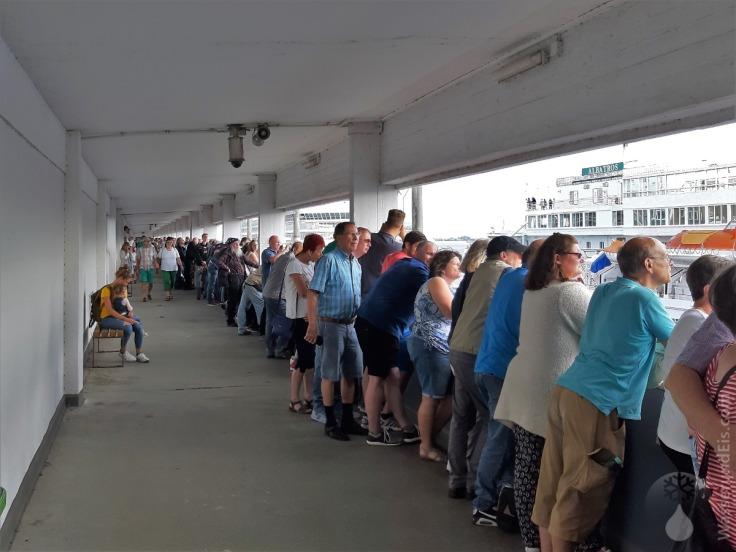 #Gut gefüllte Besucherterasse Kreuzfahrtterminal