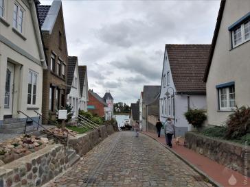 Straße durch die nordischen Gassen von Kappeln, hinunter zur Schlei.