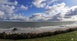 Da ist die Oktobersonne. Zum Abend warten blauer Himmel, Schäfchenwolken und eine frische Meeresbrise.