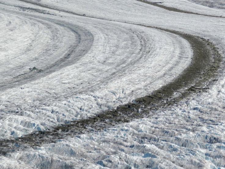 Die Oberfläche des Großen Aletschgletschers mit ihrem Mittelmoränen.