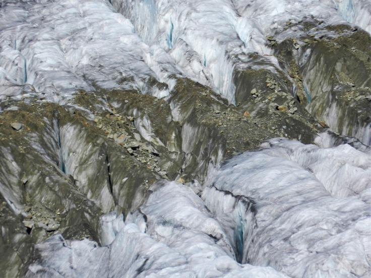 Gletscherspaltten mit Mittelmoräne.