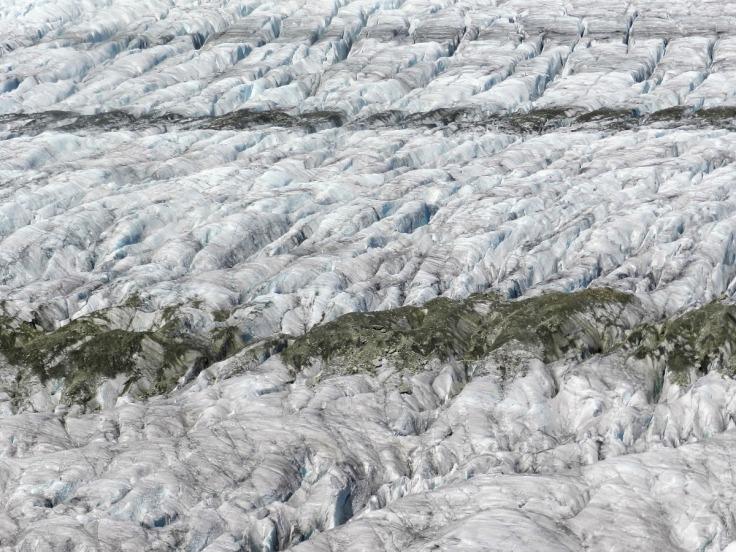 Die Moränen liegen auf dem Eis auf und werden wie das Eis von Gletscherspalten durchzogen.