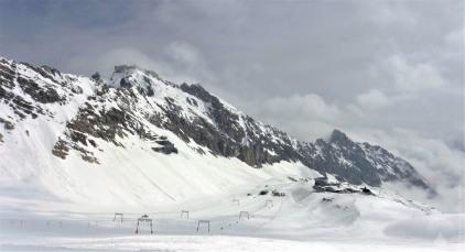 Schneefernerkopf. und Gletscherseelifte am kleinen Zugspitzgletscher. Links oben der Gipfel.