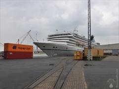 """Die Artania liegt seit Wochen als """"Geisterschiff"""" im Verbindungshafen. Ein Ende ist nicht in Sicht. Hinter den Containern lugt die kleinere Hamburg hervor."""