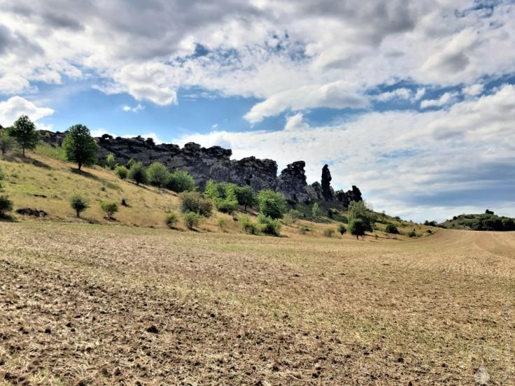 Von Norden wirken die Felsen des Königsteins tatsätlich wie eine Mauer.