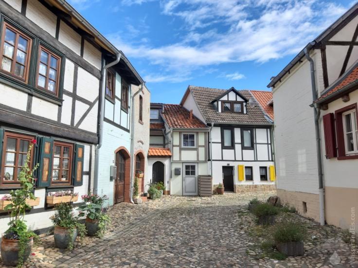 Fast wie eine Kulisse: Häuser und Gassen auf dem Münzenberg.