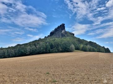 Der Lilienstein von Westen, aus dieser Perspektive ohne seine klassische Tafelbergform - dafür aber mit fast alpinem Gipfelaufbau.