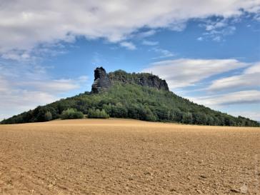 Der gleiche Berg von Süden, aus dieser Perspektive ist wieder die klassische Tafelbergform erkennbar.
