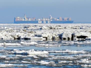 Auf dem Weg durch das Eismeer. Ein Containerschiff auf der Außenweser nimmt Kurs auf den Hafen von Bremerhaven.