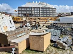 """Hier lagern, scheinbar, die für das Schifffahrtsmuseum """"wertvollen"""" Gegenstände. Unter freiem Himmel."""